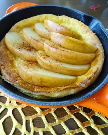 ココナッツオイルでソテーしたリンゴは、あつあつのダッチベイビーとも相性抜群です。時間のある休日の朝食やブランチにおすすめ♪おしゃれな一日のスタートに、ぴったりですね。