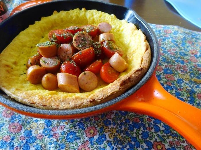 炒めたトマトとウインナーの上から、相性のいいバジルをふりかければランチにもぴったりなお食事系ダッチベイビーの完成です。
