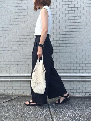 夏のモノトーンコーデって敬遠しがちですが、肌見せ効果や白と黒のさじ加減次第で、暑苦しくなく着こなすことができますよ。足元とパンツを黒でまとめてすっきりと。