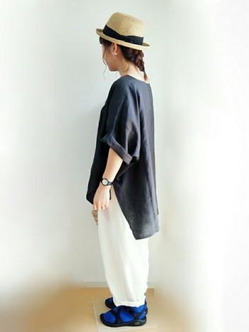 モノトーンでまとめたスタイルには、あえてブルーの靴下を合わせて。普通に白や黒の靴下を合わせるよりも、よりスタイリッシュにまとまります。