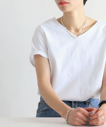さりげない存在感を発揮してくれる華奢ネックレス。すとんとしたラインで、ボリュームのあるゆるゆる服にメリハリを足してくれます。