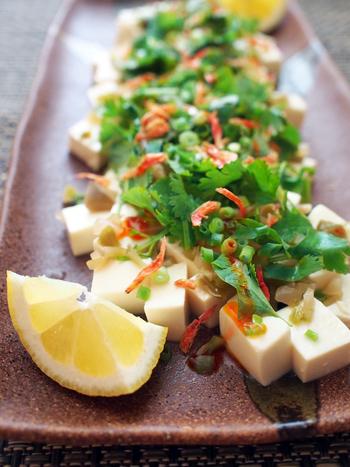 食欲が低下しているときにも、あっさりと食べられる冷ややっこ。ラー油の辛さとパクチーの香りであっさりと食べられます。