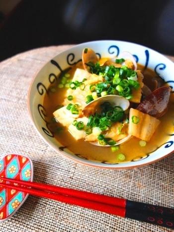 アサリの出汁とキムチのスパイシーさが美味しさの決め手です。体がポカポカと温まり、後ひく辛さで食欲もアップ。