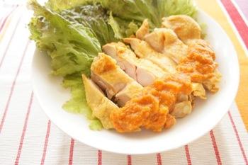 脂身を落としたヘルシーな蒸し鶏に、カレー粉や香味野菜で作ったスパイシーペーストをタレにしました。ビールが進むピリ辛テイスト。