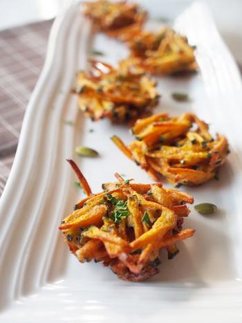かぼちゃにクミンなどのスパイスを絡ませてから揚げる、おつまみかきあげ。細切りしたかぼしゃの食感も美味。