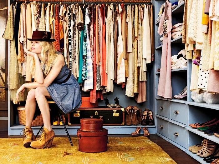 """服はたくさんあるはずなのに、着る服がない!こんな経験ありませんか?その度、服を買って増やしていく…それって悪循環かもしれませんよ。  「服を増やすのではなく、減らしてみる。」今回は、モノの数を減らすことによって、本当に必要なモノだけで暮らすライフスタイルをしている「ミニマリスト」さんの本の中から、""""服""""をテーマにした5冊をご紹介します。""""毎日、着たい服が見つかる方法""""がきっと見つかるはずです。"""