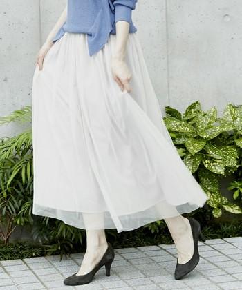 シフォンやサテンなど、ツヤや透け感のある素材を使ったボリュームのあるロングスカートは、暑い夏にべたっと肌にまとわりつかないため、涼しいのが嬉しい。