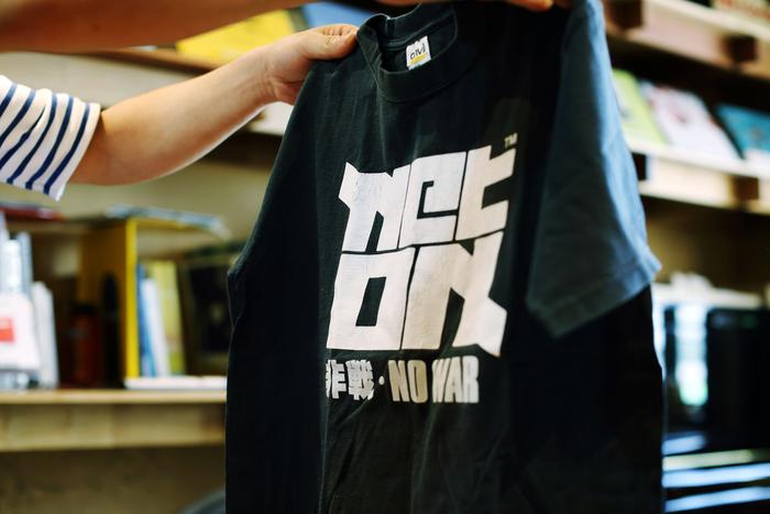 小柳さんが過去にご自分で刷ったというTシャツを何枚か見せていただきました。どれもご自身の信念を感じ取れるものばかり。現在手掛けているアイテムも、そのスピリットをしっかりと受け継いでいます