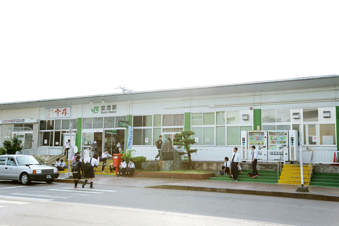 加茂駅前では、朝は年配の方が、夕方になると学生の交流があり、まったく違うコミュニティが生まれていました。人が絶えることなく、とても元気のある街という印象です