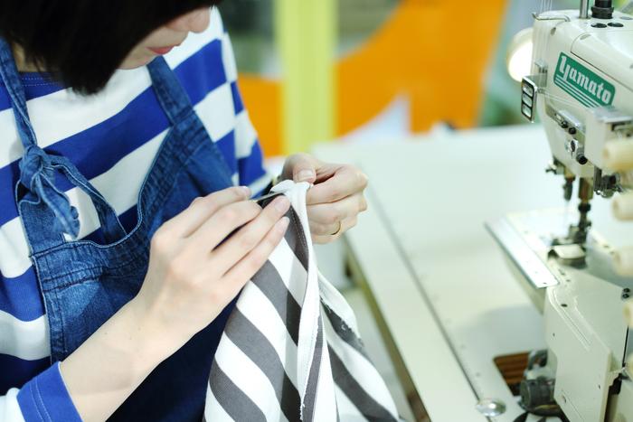 整理を終えた生地は、手作業で丁寧に裁断・縫製されていきます。「G.F.G.S.」では、海外生産が多くなった縫製作業を丁寧に仕上げることを何よりも大切にしています
