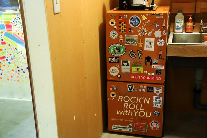 「LAB.1」の給湯室には、ステッカーがぎっしりと貼られた冷蔵庫が。遊びに来たブランドやショップの人たちに、自分たちのステッカーを自由に貼っていってもらっているそうです