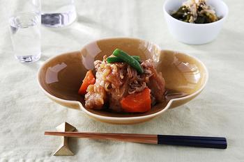 煮物や揚げ物、酢の物など和食のお料理をたくさん盛ってもかわいい、計算し尽されたデザイン。毎日の食卓の風景を思いながら作られた器は、使い勝手も抜群です。