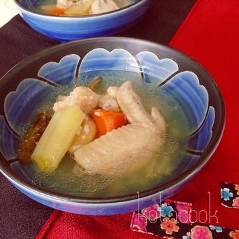 鶏の手羽元を使った参鶏湯風スープ。炊飯器だと鶏肉もホロホロ♪お米を少し入れるとより本格的な雰囲気になります。