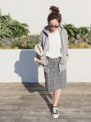 涼しくなってきたら、パーカーを羽織って秋スタイルに。秋冬のトレンドのチェック柄をスカートでしっかりおさえつつ、やわらかいモノトーンでまとめています。