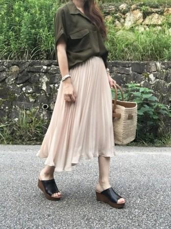 今季、大流行のシフォンプリーツスカート。暑さが残る時期も、軽やかで心地良く過ごせます。裾が風に揺れて、見た目にもとっても涼しげ♪