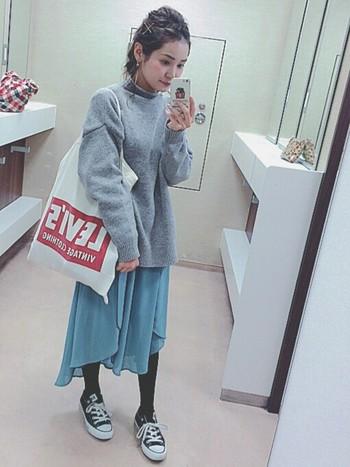 シフォンスカートって、秋に重めトップスを合わせると、とっても可愛いんです。女の子らしいスタイリングがお好みなら、こんなゆったりニットを合わせてみて。
