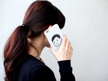 シンプルですがインパクトのあるiPhoneケースは、みんなの注目の的になりそう!