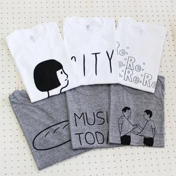 Tシャツのデザインは、メッセージ、イラストの全12デザイン。カラーは、デザインによりホワイトとグレーのどちらかor2色ご用意。サイズは、XS(レディース)、S(ユニセックス)、M、L(メンズ)の3種類展開です。 こちらも彼や旦那さんと、お友達などとペアルックで着られます♪