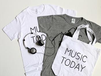 こちらのメッセージTシャツは、音楽家・蓮沼執太さんが主催するイベント「MUSIC TODAY」のグッズとして2015年8月に制作されたもの。シンプルで柔らかい雰囲気がおしゃれでかわいらしいですね。おそろいのトートバッグと合わせてコーディネートをするのも◎ ホワイト、グレーの2色展開です。