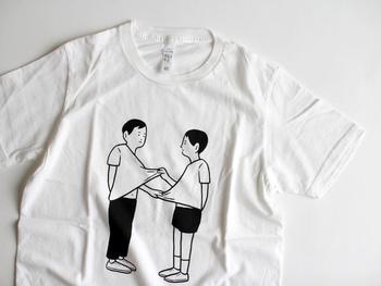 こちらも蓮沼執太さん関連のイラスト。公演のフライヤーイラストをプリントしたものです。二人の男の子がTシャツを引っぱり合う姿が印象的なイラスト。やさしく穏やかなタッチでありながら、どこか不条理な世界をのぞかせます。 こちらもホワイト、グレーの2色展開です。