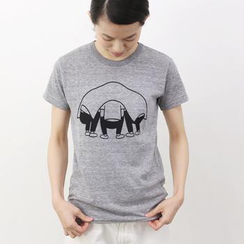 こちらは、2014年7月OPENING CEREMONY表参道店、8月同大阪店で開催されたM.I.U.による出張イベントを機に作られたTシャツ。路地裏で何かを企て中の3人の男性をモチーフにデザインされているそう。 ホワイト、グレーの2色展開です。