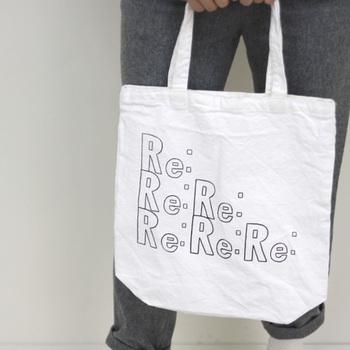 REPLYを意味する「Re:」が並んだデザイントート。丸みのある文字がどことなく女の子らしさを漂わせる可愛らしい印象のバッグ。