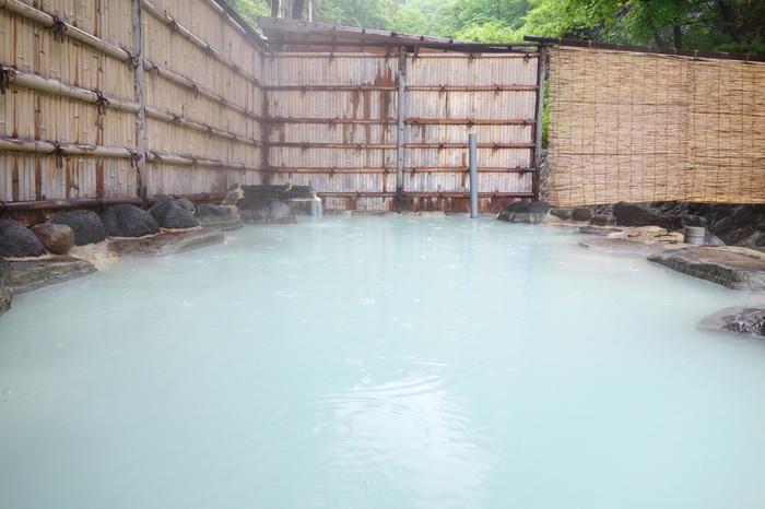 蔵王連峰の西麓には、蔵王温泉街(山形県)が広がっています。標高880メートルに位置する蔵王温泉は古くから高湯(たかゆ)と呼ばれ、山形県の白布温泉、福島県の高湯温泉と並び、奥羽三高湯の一つと数えられています。