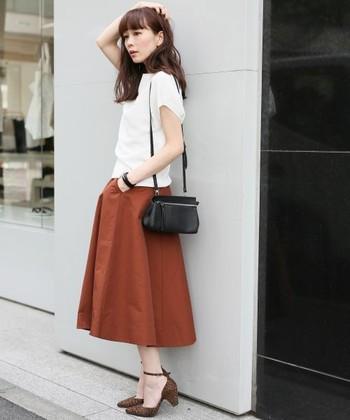 テラコッタのフレアなミモレ丈スカートに白トップスを合わせたレディライクなコーデ♫小さめバックやパンプスで、軽やかに爽やかにオンもオフも可能なスタイルです。