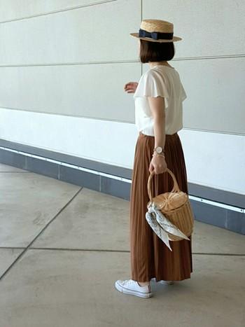 ひらり袖の甘めトップスはテラコッタのスカートを合わせると落ち着いたコーデになりますね。カゴバッグ&カンカン帽で夏のお出かけスタイルが完成。街にも海やリゾートにも使えそうなコーデです。