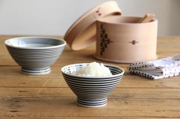 「ボーダー柄」を思わせるシンプルで爽やかな佇まいの藍駒のお茶碗は、よく見るとしまの太さや間隔が微妙に異なり、手しごとの温もりが感じられます。