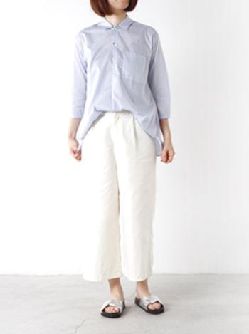 キレイ目なトップスに白ボトムスで完璧コーデの感性です。トップスの丈を長めにしたり、ワイドパンツを選ぶことで体型カバーも可能。