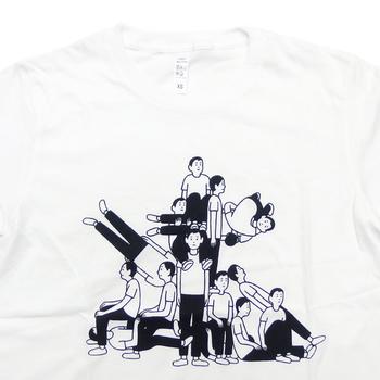 こちらも、蓮沼執太フィルのアルバム『時が奏でる Time plays - and so do we.』の発売を記念したツアーのために制作されたTシャツ。15人のメンバーが演奏して繋がっていくイメージだそうです。私たちの想像を超える素晴らしい発想力ですよね。 ホワイト、グレーの2色展開。