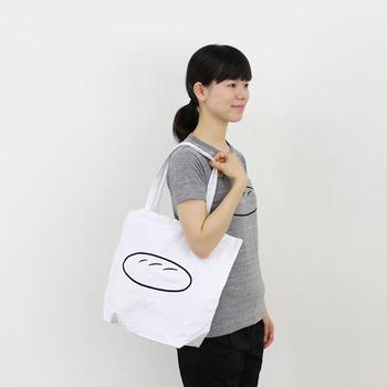 洗いざらしのような、くたっとしたコットン100%の生地を使ったデイリー使いにぴったりのトートバッグ。 肩がけできる長さのハンドル、薄手でありながらマチもついているので、A4サイズのノートやファイルはもちろん、衣類やタオルなどのかさばりやすいものもしっかり収納できます◎