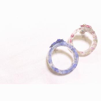レジンの中に押し花を閉じ込めた、ピアスです。輪っかの指輪のようなデザインがとってもかわいいですよね♪耳元を爽やかに飾ってくれます。
