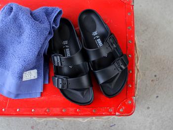 BIRKEN STOCKのEVAシリーズは人気モデルの形をそのままに、水洗い可能なEVA素材を使用したサンダルです。 軽い履き心地で滑りにくく、汚れたらすぐに丸洗いできちゃう気軽さは、海や川など夏のレジャーにオススメ!