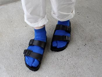 指の付け根にフィットするトゥーバーや、かかとがすっぽり収まり安定感を上げるヒールカップなどもがあり、素足でも安定感のある履き心地。もちろん、靴下に合わせてもかわいいですよ♪