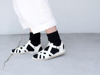フラットサンダルなので動きやすく、靴下と合わせればカジュアルなスタイルにも馴染みます◎ 単色でまとめられているため、すっきりとした印象で、シンプルなのでどんなコーディネートでも合いますね!