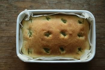 ローズマリーの風味が爽やかなフォカッチャのレシピ。ホーロー容器いっぱいに詰め込んで焼いたフォカッチャは分厚くふわふわに焼き上がります♪