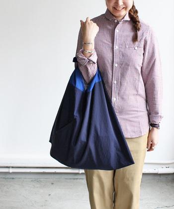 """持ち手の部分は手触りのやさしいコットン、袋部分は雨の日でも水が浸透しないナイロンを使用しています。持ち手と袋の配色はどこか""""和""""の趣きもあり、落ち着いたトーンで持ちやすいのも魅力。  使わない時はコンパクトに折りたたんで、カバンに忍ばせておきましょう。エコバッグやサブバッグとしてはもちろん、普段使いも素敵。かごバッグの内袋としても重宝しそう。"""