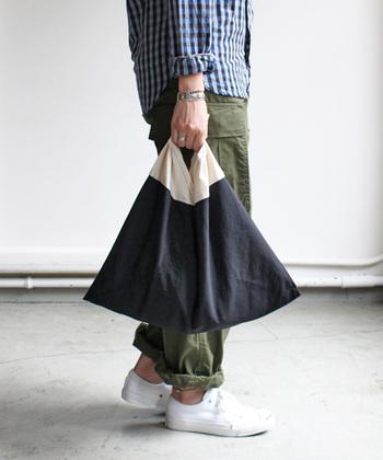 あずま袋は、包む文化の日本に西洋の「袋」が融合したもので、昔から使われてきた風呂敷が進化したものと考えられています。  数か所縫うだけのシンプルな形状は、広げると三角形を重ね合わせたような独特の形になっていて、上部を結んで取っ手にし、バッグとして使うことができます。