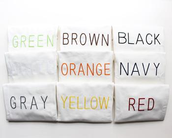 「GREEN(グリーン)」に「ORANGE(オレンジ)」、「YELLOW(イエロー)」と、色の名前が同色で刺繍されたユニークなこちらのアイテム。一見、たたんだロゴTシャツのようにも見えますね。