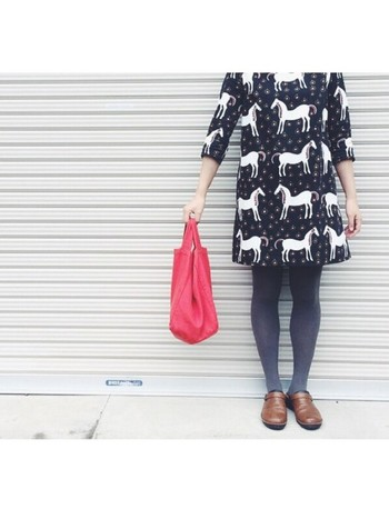 先に紹介した「Musta Tamma(ムスタタンマ)」の七分袖ワンピース。落ち着いたカラーのタイツや靴と合わせれば、大人っぽくも着こなせます。アクセントとして取り入れた赤いバッグとドリーミーなテキスタイルが、お互いを引き立てあっていますね。