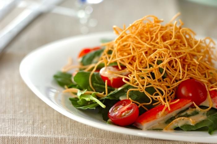 そうめんは油で揚げるとパリパリの食感に変身します。茹でただけの時とは全く違う、新しい味を楽しんでみて下さい♪こちらはサラダのトッピングに使うレシピ。たっぷりの野菜と共にいただく、ヘルシーなメニューです。