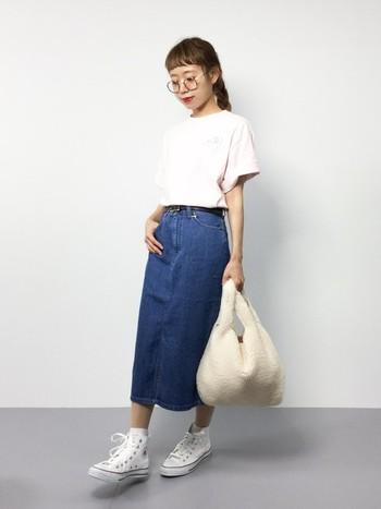 あえてシンプルな白のTシャツを合わせた、デニムスカートを主役にした着こなし。前に入ったスリットが大人っぽい印象を与えてくれるので、カジュアルになりすぎません。