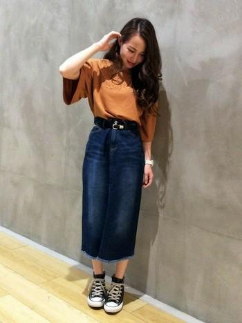 ちょっぴり長め丈のナロースカートは、レトロなトップスとの相性も良いんです♪袖が大きく広がったシルエットのトップスの華やかさを際立たせています。