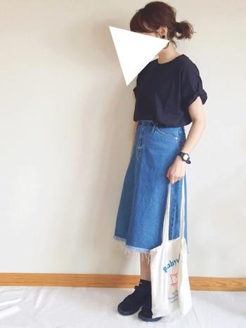 シンプルなTシャツは、袖をロールアップして着るのが今年の気分♪デニムスカートの裾にあしらわれているフリンジが、シンプルなコーディネートのアクセントになっています。