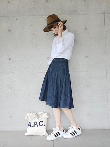 光沢のある白シャツを合わせれば、カジュアルになりがちなデニムスカートがきりっと引き締まります。ベージュ系のフェルト帽で、秋らしさをプラスして♪