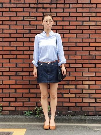 メンズライクなシャツで、かっちりと。ミニスカートで大胆に足を見せているのに、品のある大人の女性の着こなしです。