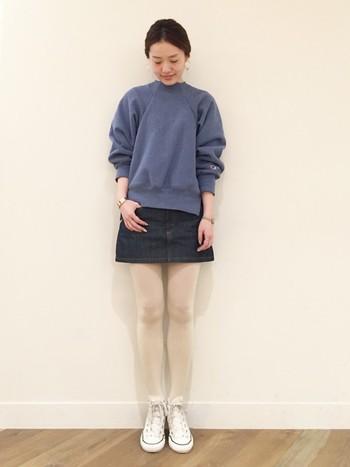 ミニスカートの下に薄手のストッキングを合わせた着こなしは、これからの季節にぴったり♪スウェットは腕をまくって着れば、こなれ感がUP。