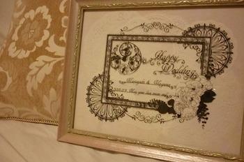 こちらはシックな雰囲気が印象的なウェルカムボード。切り絵作家yuriさんの作品です。